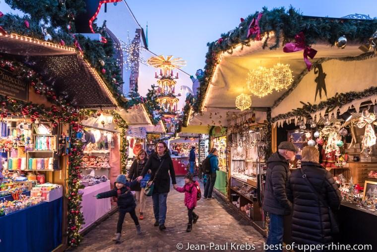 Les chalets du marché de Noël de Bâle en Suisse.