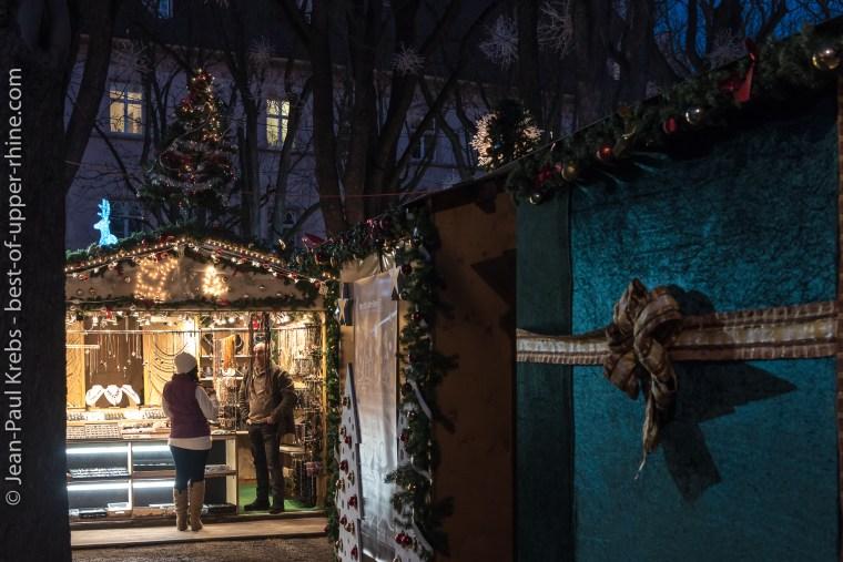 Chalets du marché de Noël de Bâle sur la place de la cathédrale.