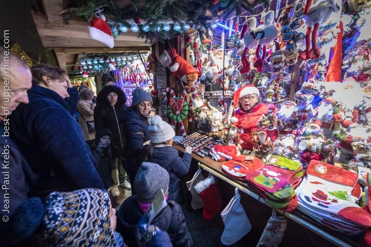 Les enfants ont trouvé le père Noël caché dans sa réserve de cadeaux.