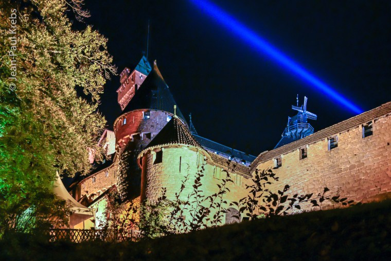 Le château du Haut-Koenigsbourg survolé par un mystérieux rayon bleu.