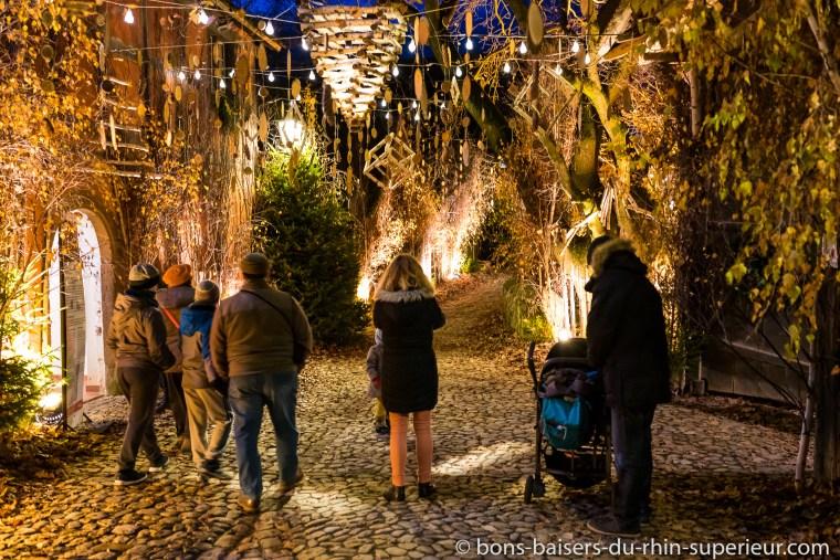 L'Ecomusée d'Alsace à la période de Noël : rue de village décorée.