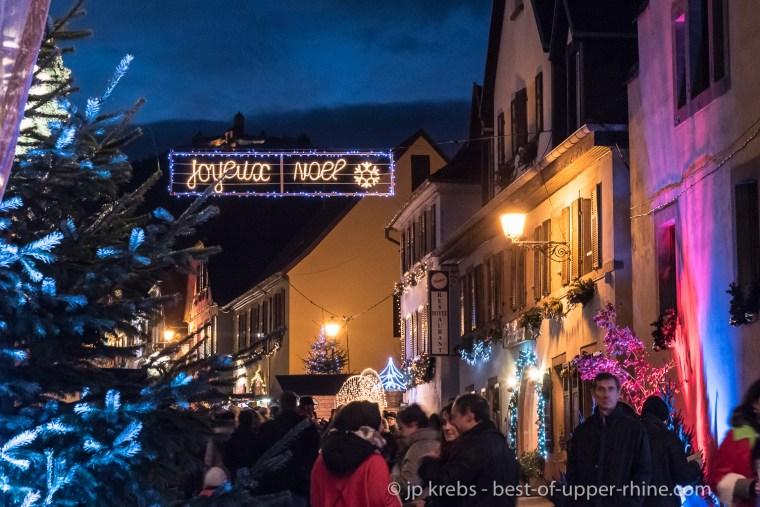 Le marché de Noël d'Orschwiller avec vue sur le chateau du Haut-Koenigsbourg illuminé pour l'occasion.