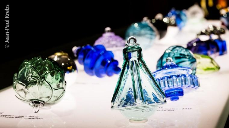 Boule de Noël en verre soufflé. Création 2019 intitulée LAB. Verrerie de Meisenthal.