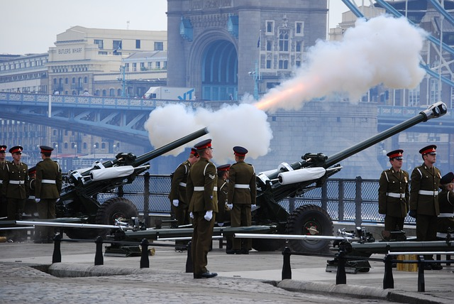 gun-salute-londres-tower-bridge