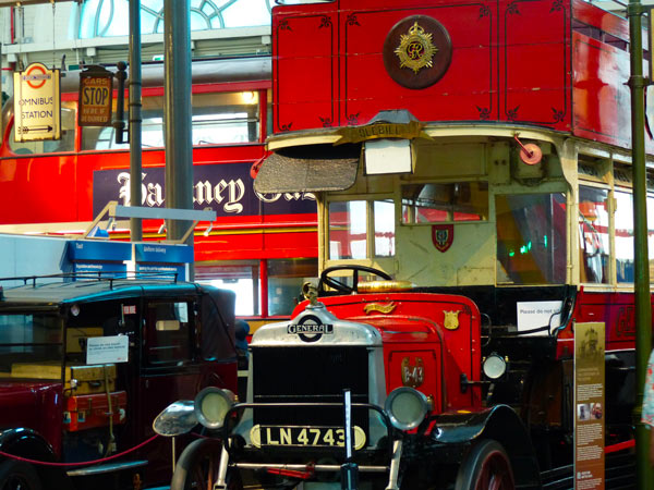 musee-transports-bus-rouge
