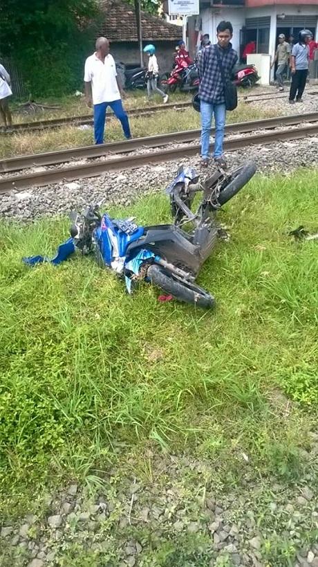 Naik motor Berempat ditabrak Kereta