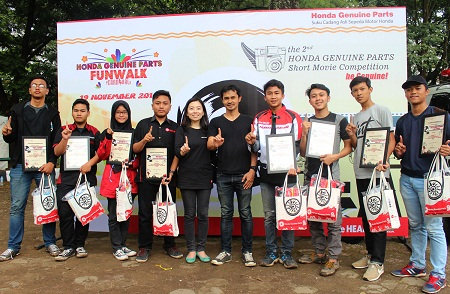 10 finalis terbaik di HGP Short Movie Competition 2016 foto bersama Elisabeth Riany, General Manager Parts Sales, Marketing & Logistic DAM
