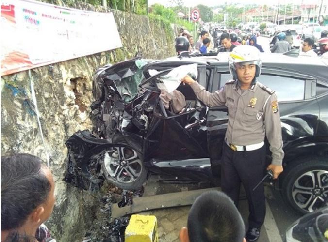 honda-HRV-TabrakTmbok-Pinggir-Jalan