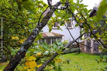 Maison, jardin et grange sont à flanc de montagne.