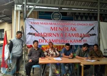 TOLAK TAMBANG: Sejumlah warga di Kabupaten Kutai Barat melakukan konferensi pers, Selasa (12/6) kemarin. Mereka menegaskan tidak akan mengizinkan tambang beroperasi di wilayahnya.(MUBIN/METRO SAMARINDA)