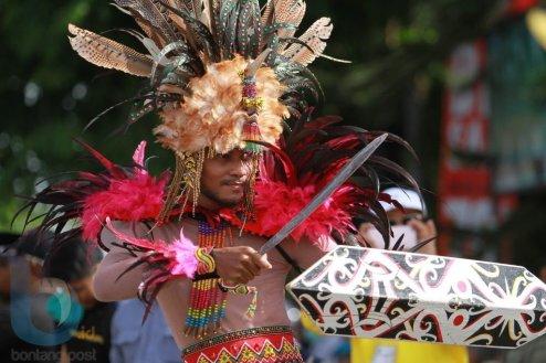 Tarian perang suku Dayak dengan ciri khas utama properti Mandau (1) (FAHMI FAJRI/BONTANG POST)