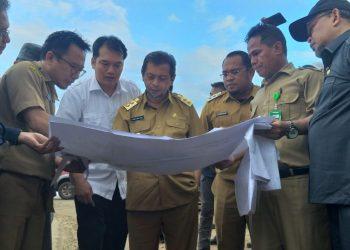 CEK LOKASI: Hadi Mulyadi (tengah) bersama jajaran Pemprov Kaltim melihat peta pembangunan pabrik semen di Desa Sekarat, Kutai Timur, kemarin.DIRHAN /KALTIM POST
