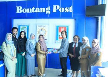 Wali Kota Bontang Neni Moerniaeni menyerahkan kue ulang tahun kepada Pemred Bontangpost.id Edwin Agustyan. (Adiel/KP)