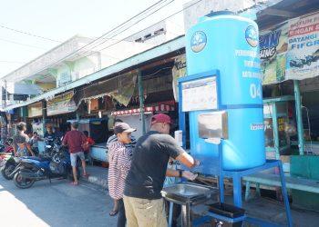 Pemasangan wastafel di Pasar Malam Berbas. (Reza/KP)