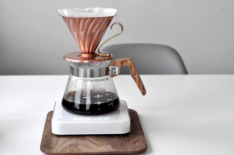 Det finnes mange forskjellige måter å brygge kaffe på, og for mange så er den gode gamle kaffetrakteren den foretrukne måten å brygge kaffe på. Jeg er ekstremt opptatt av kaffe. Da snakker jeg både om bønner av absolutt beste kvalitet, utstyr og hvordan kaffen skal brygges. Her hjemme går det utelukkende i håndbrygg. Jeg har flere forskjellige innretninger jeg kan brygge på, men v60 fra Hario er min favoritt. Når alt klaffer så får du den beste kaffen du kan forestille deg. Denne metoden krever litt oppmerksomhet, litt utstyr og selvsagt den beste kaffen du kan få tak i.