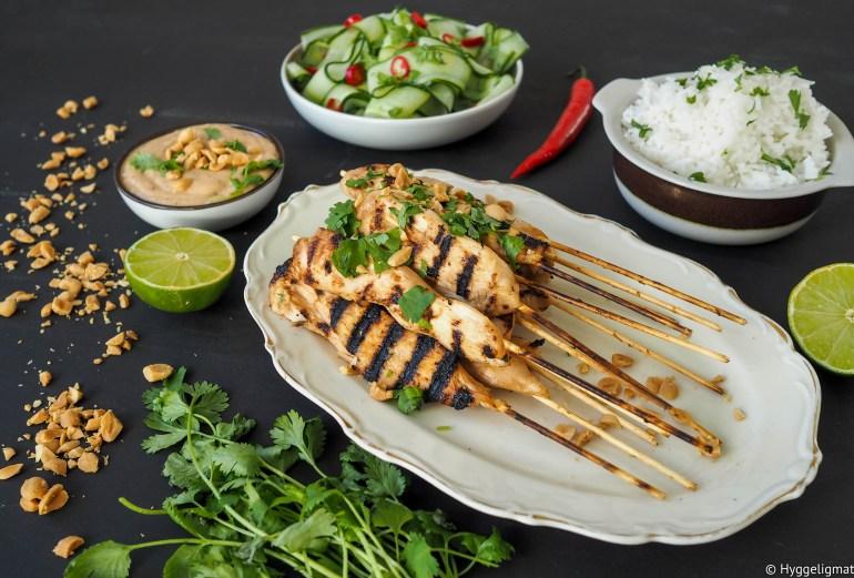Satay er en indonesisk rett som kort fortalt er et grillspyd med kjøtt, servert med en saus. Her lager jeg en klassisk kombinasjon med kylling og peanøttsaus servert med kokt ris og en agurksalat med lime og chili.