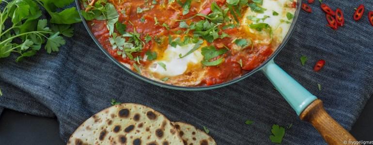 Shakshouka er en rett som opprinnelig stammer fra Nord-Afrika, men den har spredt seg utover til midt-østen og er en populær frokostrett. Den består i hovedsak av egg som er posjert i en tomatisert løk- og paprikastuing.