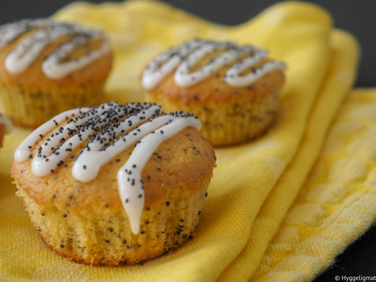 Er du glad i sitron? Det er jeg! Disse muffinsene er superenkle og smaker friskt og godt av sitron. De er også tilsatt valmuefrø som gir muffinsene en utrolig kul tekstur.
