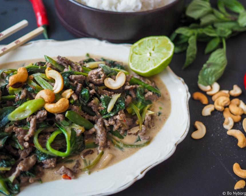 Thaimat er hyggelig mat. Her har du en oppskrift på en rask wok som smaker Thailand. Denne woken med spinat, vårløk, sukkererter og kjøttdeig er veldig god!