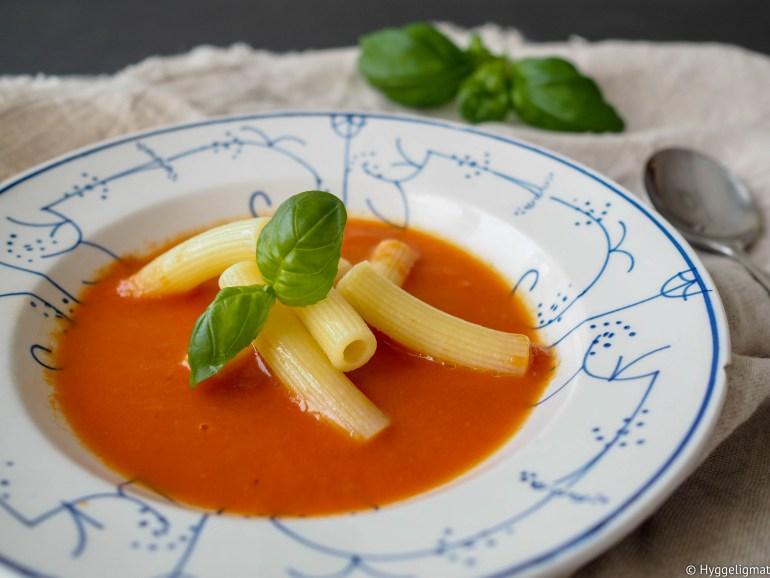I dag er det pannekaketirsdag og stort sett alle pannekakemåltider her i huset starter med en tomatsuppe. Her er oppskriften jeg bruker for å få en mild og god tomatsuppe som er en av favorittrettene til mine tvillinger.