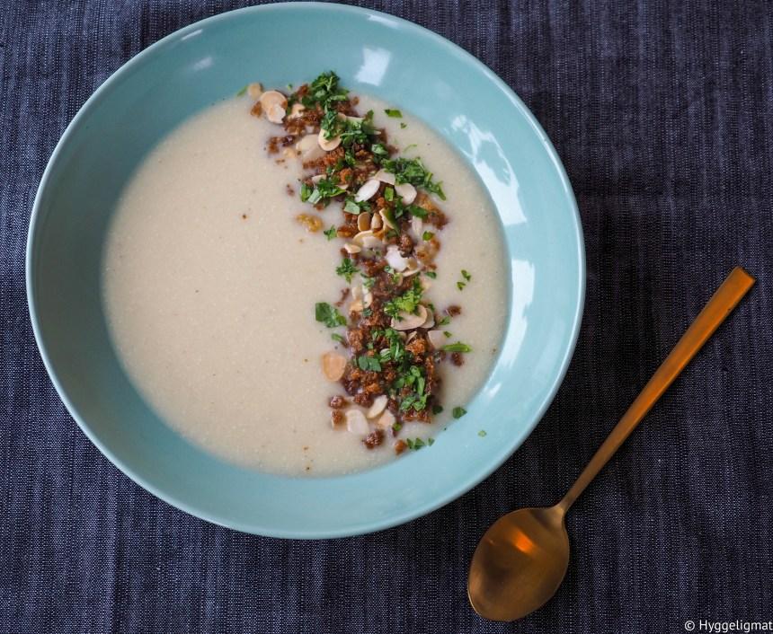 Blomkålsuppe er en veldig god suppe som du lager veldig raskt. Med litt knasende topping blir suppen fullkommen.