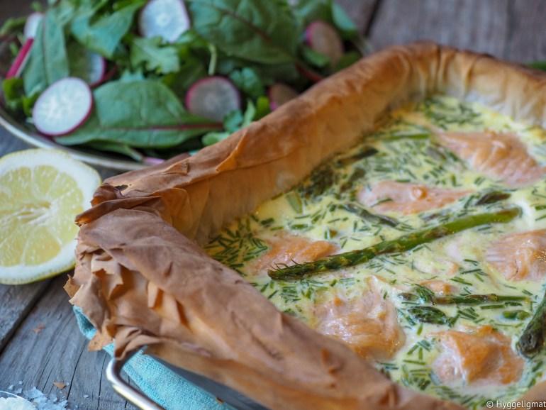 Det er ikke alltid jeg har tid eller lyst til å lage paibunnen selv og jeg er ikke så veldig glad i de ferdigbunnene man får kjøpt. Filodeig fungerer suverent og smaker kjempegodt. Denne paien laget jeg med laks, asparges og min favorittost som er Västerbottenost fra Sverige.