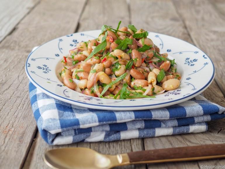 Er du ute etter en liten salat i matpakken, til picnicen eller som tilbehør til grillmat? Prøv denne bønnesalaten. Du lager den på et par minutter og den smaker kjempegodt.