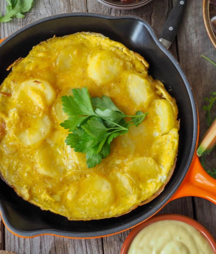 Tortilla Española, tortilla de patatas eller rett og slett spansk potetomelett. Kjært barn har mange navn. Denne omeletten inneholder egg, potetskiver og løk. Det er en ganske beskjeden liten rett, men den blir allikevel veldig smakfull. Du finner den på stort sett alle steder der det blir servert tapas. Det er ikke så rart, for den er veldig god.