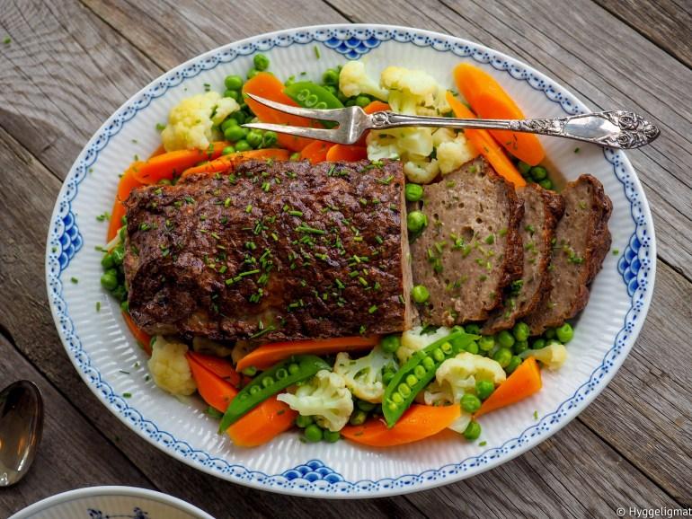 Jeg elsker norsk tradisjonsmat og kjøttpudding har alltid vært en av favorittene. Servert sammen med kokte poteter, dampede grønnsaker, brun saus og tyttebærsyltetøy så har du en middag som roper tradisjon og søndag.