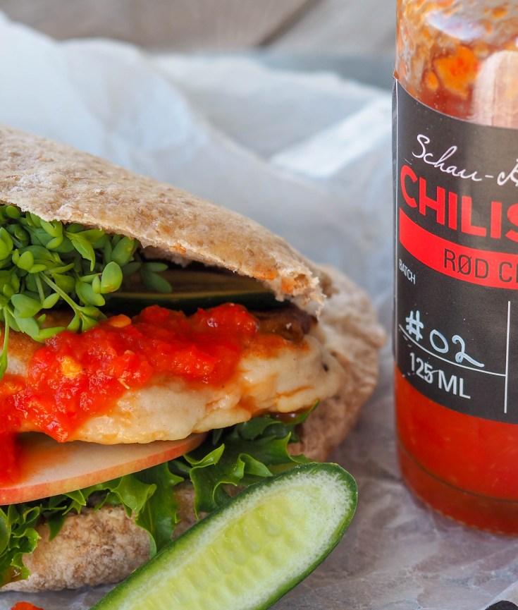 Jeg har inngått et samarbeid med Sterk Saus, som er en nystartet bedrift som driver med nettopp, sterke sauser. Asle, mannen bak Sterk Saus hadde i flere år vært på jakt etter den perfekte chilisaus, der den rene chilismaken var det viktige. Etterhvert ble det til at han bestemte seg for å forsøke og lage chilisausen sin selv. Flere år med utvikling av oppskrifter har ført til at han nå nylig har lansert to sterke sauser. Rød Chili, en salsalignende saus og Habanero, som er en litt mer hissig hot sauce. Hele tanken bak disse produktene er å fremheve fruktigheten til chilien i langt større grad enn å gi deg brannsår i munnen. Produktene er 100% håndlagde og er helt frie for tilsetningsstoffer og konserveringsmidler. Jeg har testet disse produktene i noen uker nå, både som ingrediens i maten og som topping og jeg er frelst. Dette er den første i en liten serie av oppskrifter hvor jeg har brukt Sterk Saus sine produkter enten som topping eller som en ingrediens i retten. Her har jeg laget noe så enkelt som fiskekaker i pitabrød, med litt godt fyll og Rød Chili fra Sterk Saus som topping. Rask og enkel hverdagsmat, som også er populær hos barna.