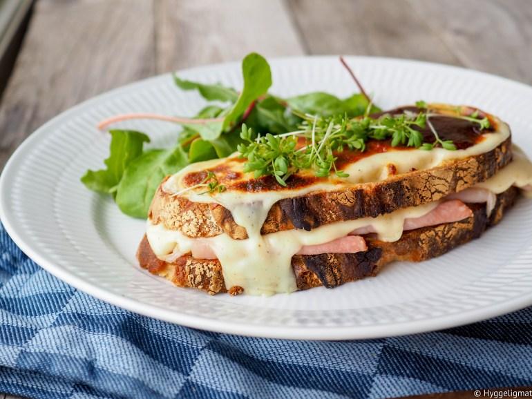 Croque monsieur er opprinnelig en fransk rett som ble servert som snacks på caféer etc. Brød, med ostesaus, ost og skinke, dette er gode saker.