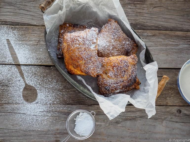 Her kommer en rask liten hverdagsdessert. Eplepai, laget på noen og tyve minutter. 2-3 minutter med lett arbeid, resten av tiden er paien i ovnen og du kan gå rundt og glede deg til paien er klar. Siden det er sesong for norske epler så bør du selvsagt bruke de.