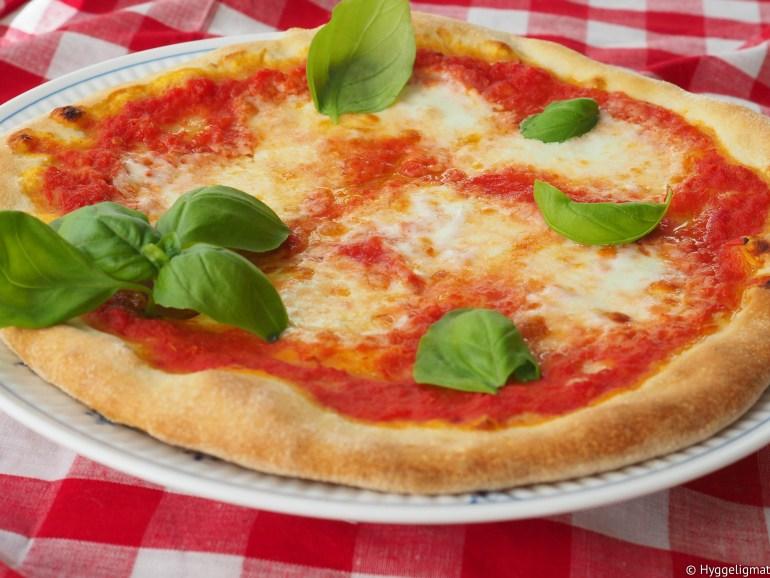 Det finnes mye spennende topping man kan ha på en pizza, men min absolutte favorittpizza, er den «uten» topping. Pizza margherita består av tomatsaus, mozzarella og basilikum og den smaker nydelig i all sin enkelthet.