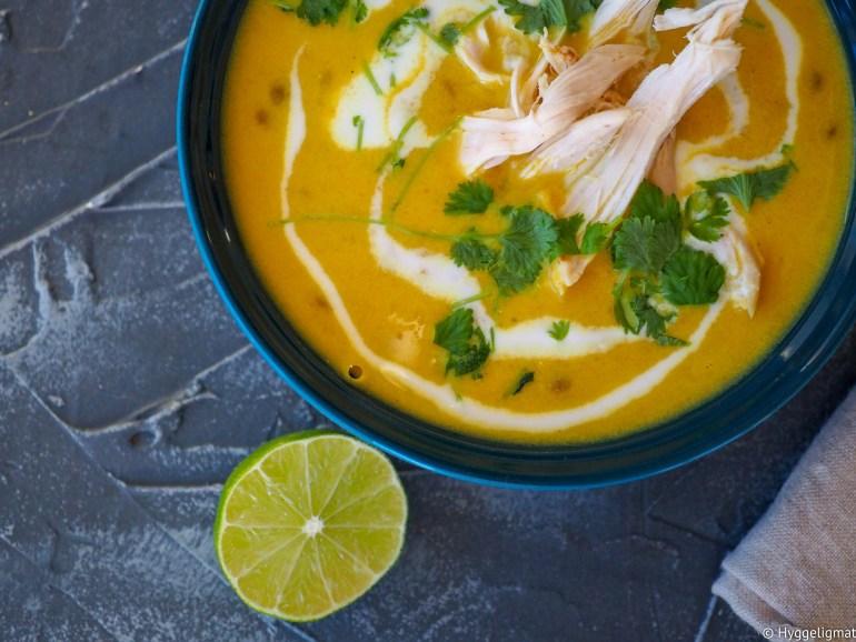 Jeg er veldig glad i supper. Det er enkel og rask mat, som med enkle grep blir helt fantastisk smaksrikt. En god suppe er også noe som virkelig passer i årstiden vi nå befinner oss i. Her har jeg laget en variant av en Mulligatawnysuppe, som mange kanskje kjenner igjen som suppen, Grevinnen blir servert av hovmesteren, lille julaften hvert år. Suppen består av veldig mange forskjellige ingredienser. Jeg har forenklet den litt. Jeg kjører dessuten suppen glatt med en stavmikser. Før jeg avslutter med linser og kylling.