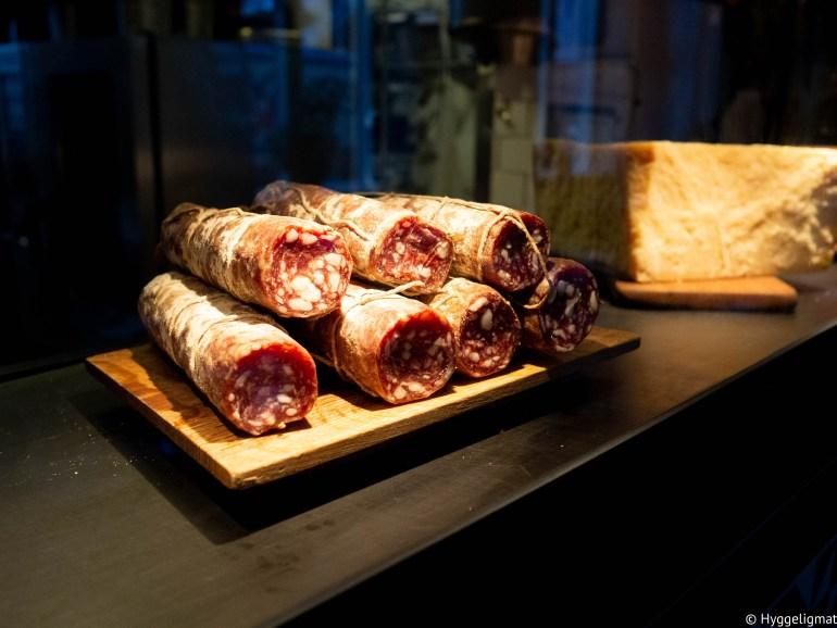 Christian Puglisi er en norsk/italiener som har vokst opp i Danmark. Han står bak en haug med gode restauranter i København. Steder som Manfreds og Relæ ( med en stjerne i Michelinguiden). Han driver også Farm of ideas, en økologisk og eksperimentell gård der han dyrker grønnsaker til sine egne restauranter og surdeigsbakeriet Mirabelle hvor han baker deigen til sine pizzabunner og lager sine egne oster. Bæst er pizzarestauranten hans. I 2016 ble bæst kåret til den 16 beste pizzaen i verden av Daniel Young, mannen bak pizzabibelen «Where to eat pizza» På menyen finner du mange spennende varianter med hjemmelaget ost og skinker og salamier fra Bæst sitt eget charcuteri. Jeg er en enkel sjel når det kommer til pizza, så jeg foretrekker en god margherita. Pizzaene har en nydelig surdeigsbunn som er litt småseig, mens skorpen er sprø i kanten og myk inni. God og frisk tomatsaus toppet med hjemmelaget mozzarella. Nydelig pizza i all sin enkelhet