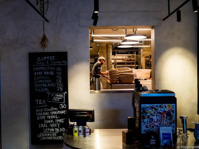 Hart Bageri er enda en av Københavns mange fantastiske bakerier. Med Rene Redzepi fra Noma som investor, startet Richard Hart, tidligere bakerisjef på Tartine Bakery i San Francisco opp sitt eget bakeri i København og stedet ble en umiddelbar favoritt hos mange. Hyllene bugner av nydelig surdeigsbrød og fantastiske bakevarer. Forbered deg på takeaway eller å spise stående, her er det ikke mange sitteplasser.
