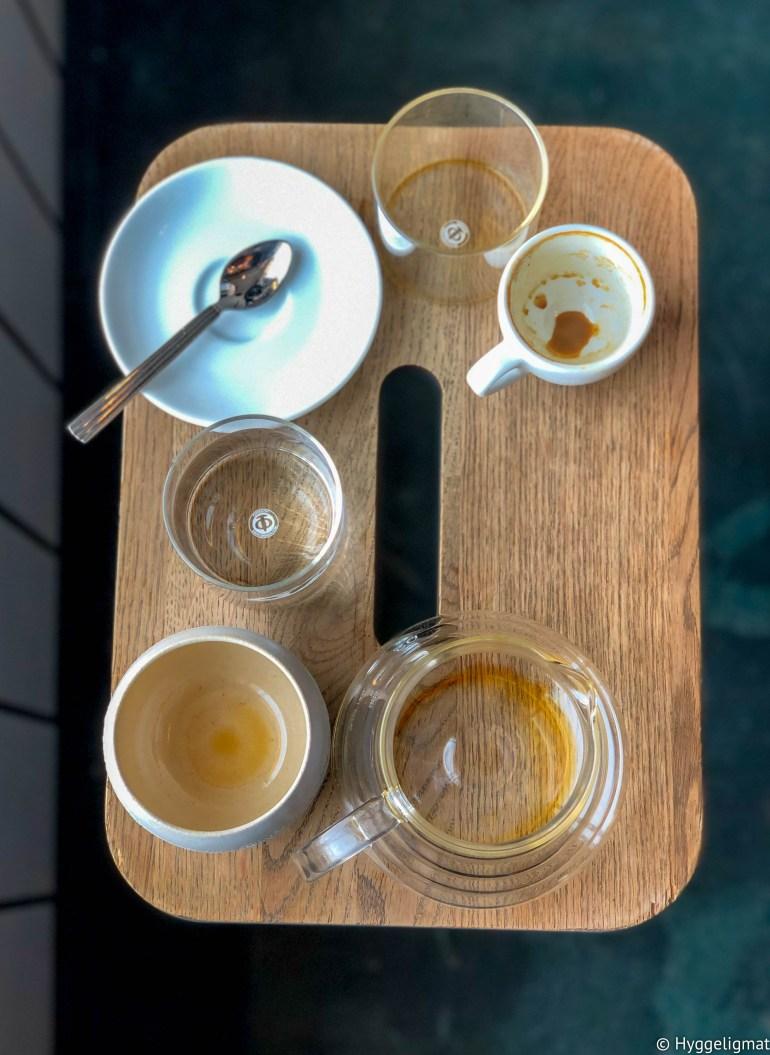 Siste stopp på turen før jobbalvoret begynner er en kaffe hos Prolog, også i Kødbyen. Her finner du det vanlige utvalget av håndbrygg, melkebaserte drikker og en liten hylle med bakverk. De brenner også sin egen kaffe så du har et godt utvalg av spennende kaffebønner å velge i om du vil ha med deg noe hjem.