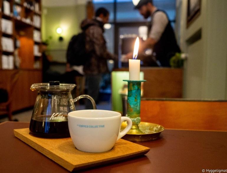 Er du i Strøget så er dette stedet for kaffe. Håndbrygg, diverste melkebaserte drikker, kaffekombucha og en hylle ful lav gøyalt bryggeutstyr og kaffebønner av beste kvalitet, brent i Fredriksberg, hvor brenneriet til The Coffee Collective ligger.
