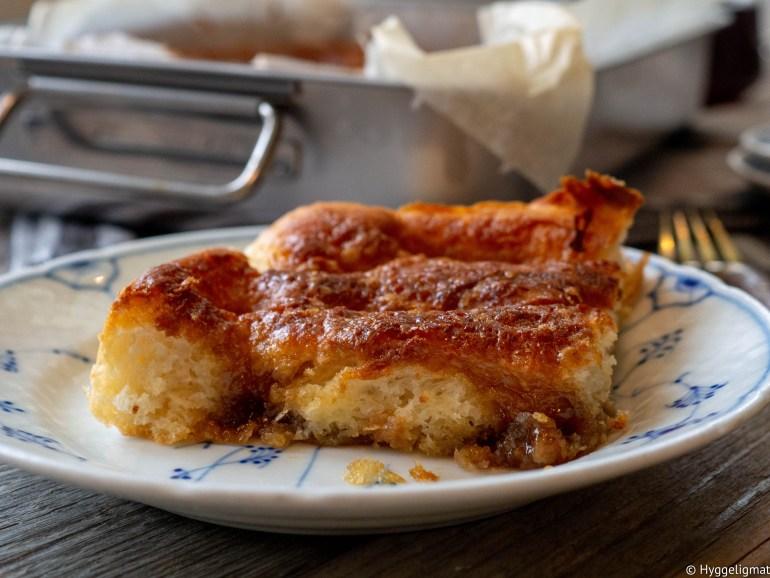 Ekte dansk brunsviger stod ofte på kaffebordet når jeg besøkte min danske bestemor. Brunsviger er gjærdeig, som i prinsippet er en bolledeig dynket med kolossale mengder smør og sukker. Dette er bestemor sin oppskrift på brunsviger. Jeg har bare en liste med ingredienser og mengder, men ingen fremgangsmåte. Her har jeg improvisert litt og gjort det som virker mest naturlig. Jeg har også tilsatt litt smør i deigen, det gjorde ikke bestemor. Bestemor brukte dessuten margarin i fyllet, jeg har byttet ut dette med smør. Prøv å lag brunsviger du også, så har du kanskje fått deg en ny favorittkake.