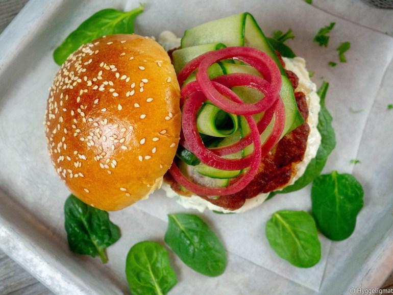 Fiskeburger er kjempegodt og ikke minst veldig barnevennlig. Her har jeg laget noen fiskekaker av sesongens skrei. Fiskeburgeren er servert med spinat, en deilig krem av fetaost, toppet med sprø agurk og syrlig syltet rødløk. Dette er ordentlig fast food, for dette tar ikke lang tid å lage.
