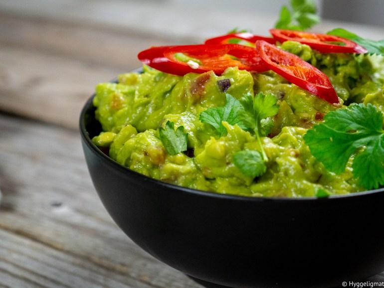 En skikkelig hjemmelaget guacamole er nærmest obligatorisk når man skal ha taco. Du kan også bruke den som dipp til nachochips eller som dressing i en wrap eller sandwich, eller ha den som tilbehør til grillmaten. Dette et alsidig tilbehør som løfter mange retter flere hakk.