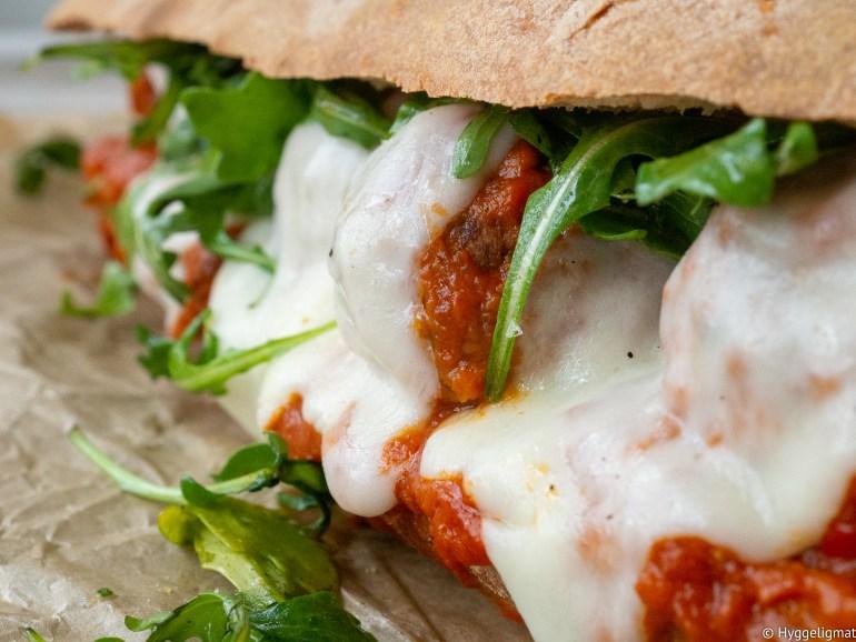 Hjemmelagde kjøttboller i en enkel, men veldig god tomatsaus som du putter inn i en baguette og gratinerer i ovnen med litt mozzarella? Høres ikke italiensk kjøttbollesandwich godt ut? Det skal jeg love deg at det er.