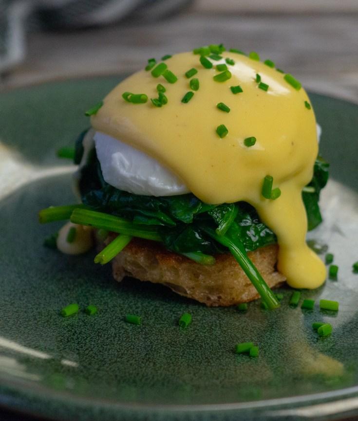 Eggs florentine er en variant av eggs benedict, der man bytter ut skinken med spinat som har fått en runde i stekepannen. Har du lyst til å skjemme bort noen du er glad i med en skikkelig digg lunch, er eggs florentine absolutt en rett du bør lage.
