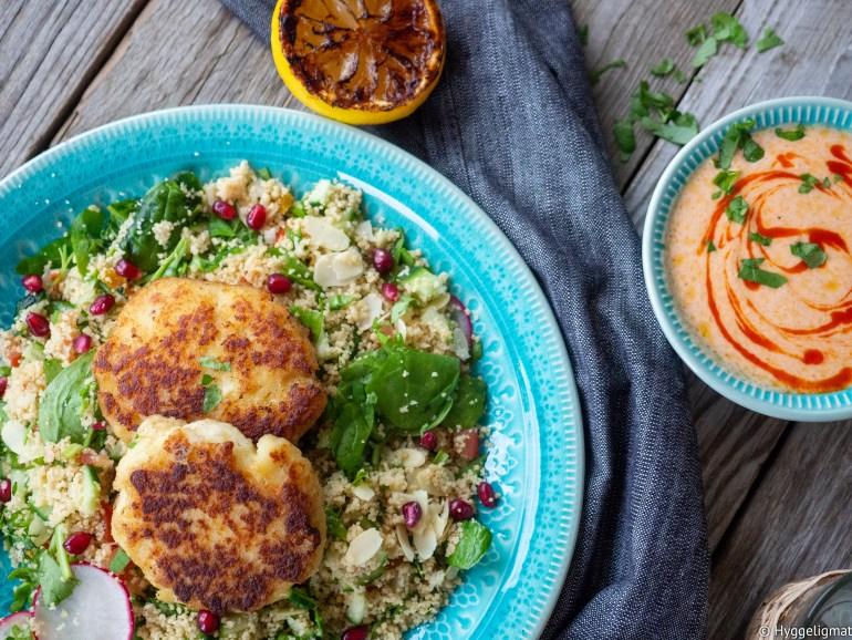 Fiskekaker behøver ikke å serveres på den tradisjonelle måten med råkost, poteter og smeltet smør. Prøv denne oppskriften og server hjemmelagde fiskekaker med en salat med couscous og mye annet godt og en spicy chilidressing.