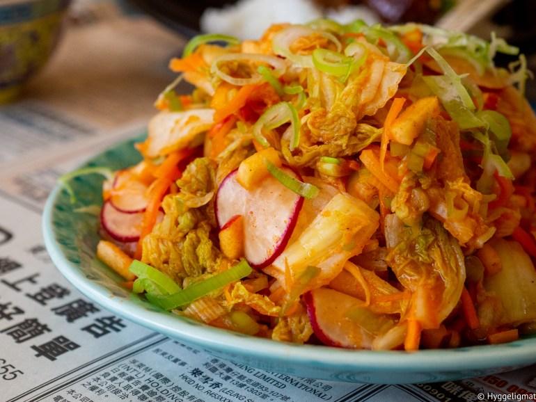 Kimchi er skikkelig godt, men det tar lang tid å lage. Lager du kimchi på den opprinnelige måten, skal den stå på kjøkkenbenken for å fermentere i 2-3 dager og den har godt av noen uker i kjøleskapet. Her får du en hurtigvariant som gir deg flere mange av smakene du finner i en kimchi på relativt kort tid.