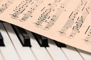 課題曲譜面とピアノ
