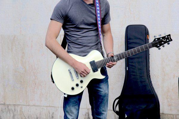 白いレスポールギターを弾く生徒