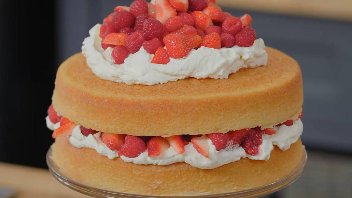 Berries-and-Cream-Sponge-Cake-Recipe