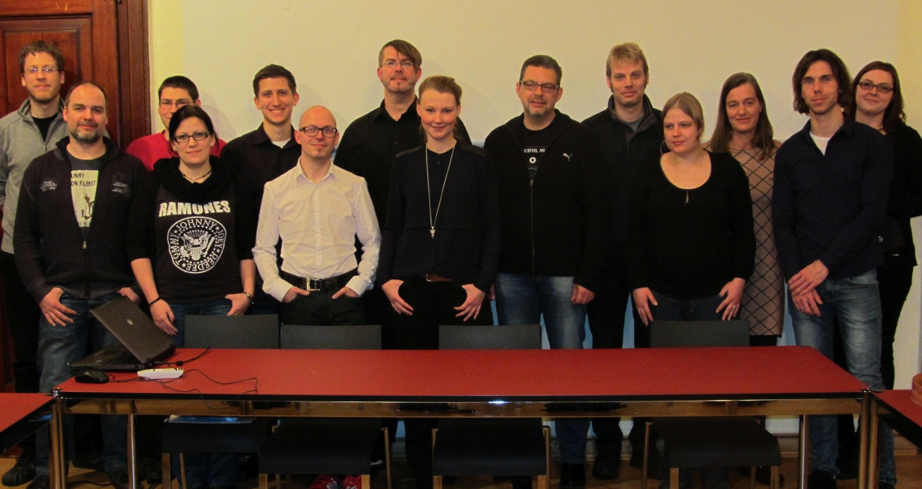 Alle Teilnehmer auf einem Bild versammelt (ganz schön schwarze Runde oO)