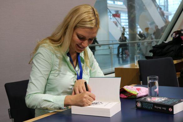 """Nina MacKay signiert ihr Buch """"Plötzlich Banshee"""" beim Piper Bloggertreffen 2016"""